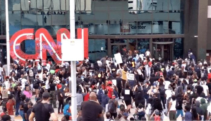 George Floyd haberini görmeyen CNN'e protestocuların saldırması